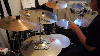 Cezary Diak gra na instrumentach perkusyjnych