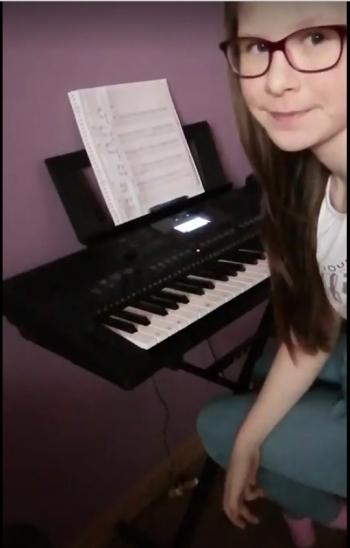 Maja Paul 4d gra na instrumentach klawiszowych