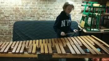 Grzegorz Szweda 7c prezentuje  Różową Panterę  grając na marimbie