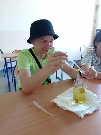 napełnianie probówek Ependorf olejem roślinnym.