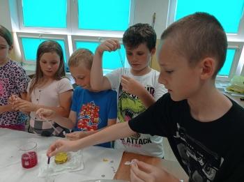 Uczniowie przygotowują własne probówki3