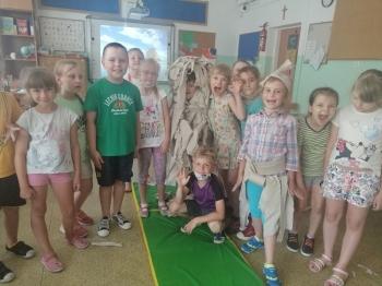 Dzieci  w  sali na materacu