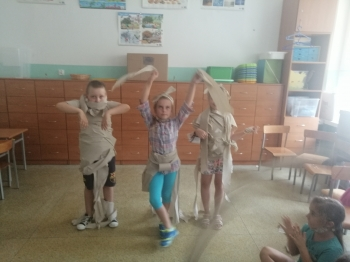 Dzieci bawią się w mode