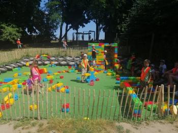 Dzieci bawiące się klockami