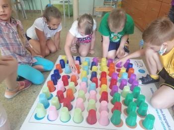 Dzieci i kolorowe kubki
