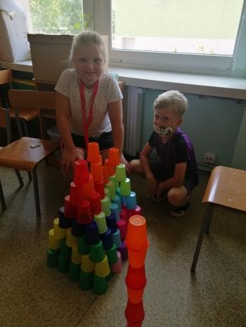dzieci i wieża z kubków