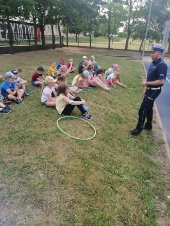 Dzieci i policjant