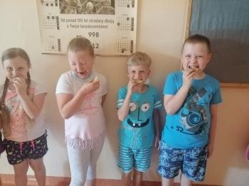 Dzieci jedzą cytrynę
