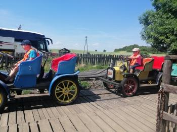 Dzieci jadące samochodzikami