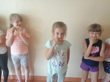 Dzieci jedzące cytrynę