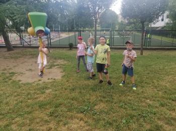 Dzieci na ogródku