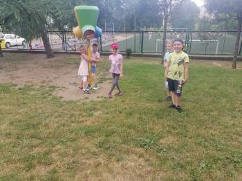 Dzieci na trawie