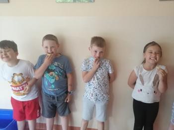 Dzieci po zjedzeniu cytryny