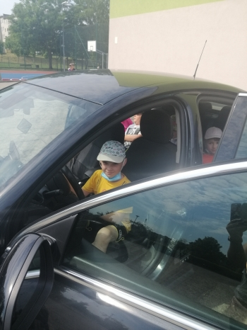 Dziecko w samochodzie policyjnym