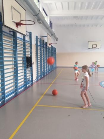 Dziewczynka rzuca piłką