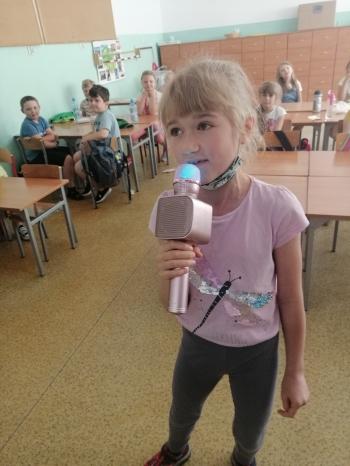 Dziewczynka śpiewa