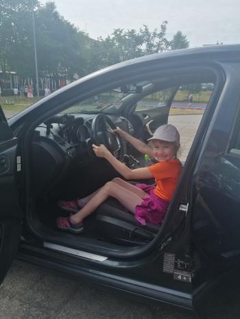 Dziewczynka trzyma kierownice