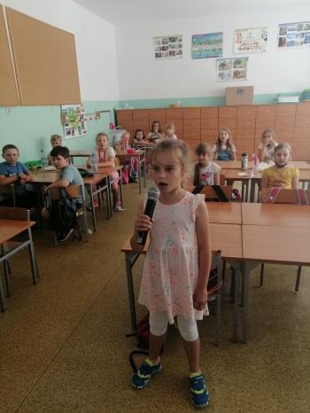 Dziewczynka trzyma mikrofon