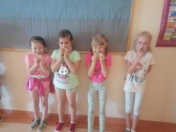 Dziewczynki jedzą cytryne