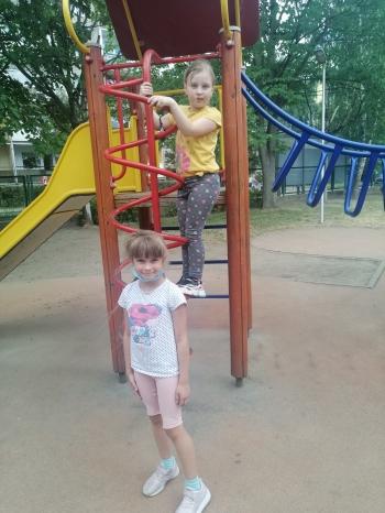 Dziewczynki na placu