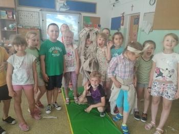 Grupa dzieci w sali