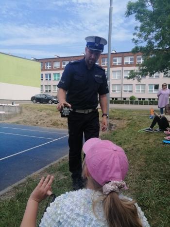 Policjant pokazuje odznakę