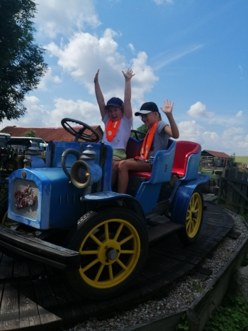 Dziewczynki jadą autkiem