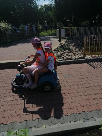 Dziewczynki jadą motorkiem