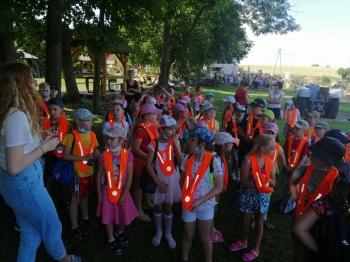 Grupa dzieci w Kociewskiej Zagrodzie