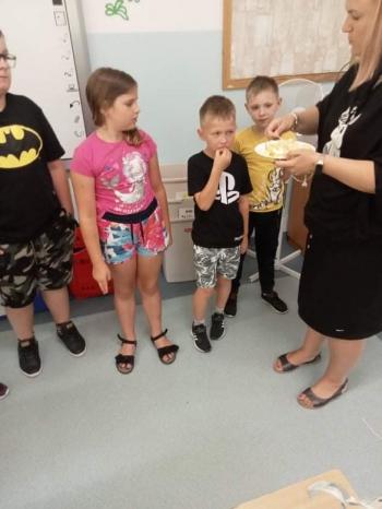 Dzieci częstują się cytryną.jpeg