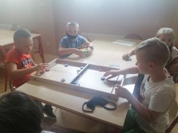Chłopcy grają