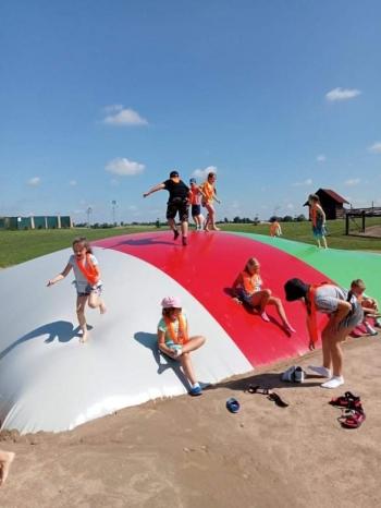 Grupa dzieci skacze na poduszce.jpeg