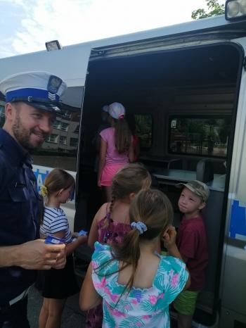 Dzieci z policjantem