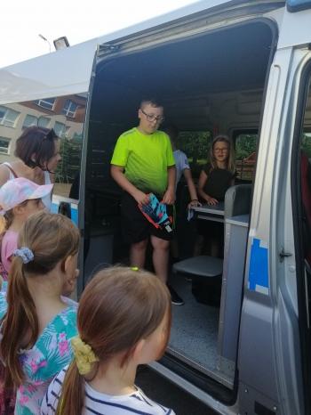 Dzieci oglądają radiowóz od środka