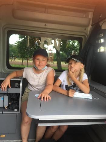 Dwie dziewczynki w samochodzie policyjnym