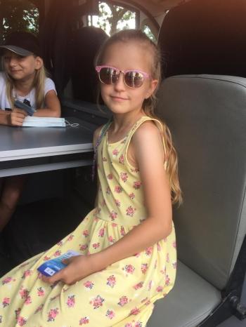 Dziewczynki siedzą w radiowozie