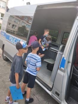 Dzieci_oglądają_wnętrze_samochodu[1]
