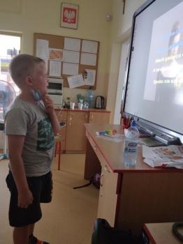 Chłopiec śpiewa