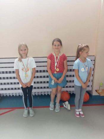 Dziewczynki z medalami.jpeg