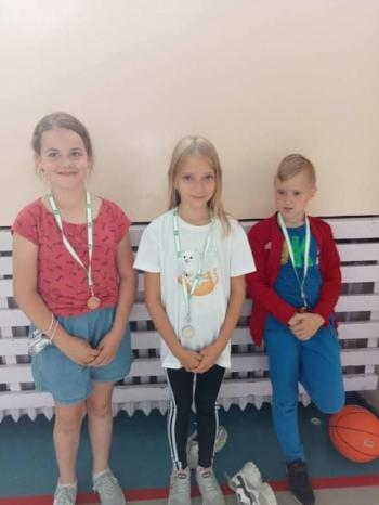 Dzieci z medalami za rzuty do kosza.jpeg