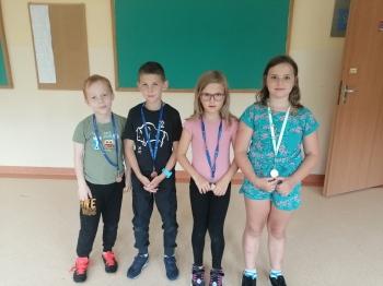 Dzieci z medalami na turniej szachowy