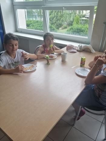 Dzieci jedzące pizze