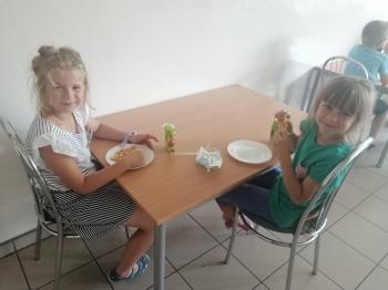 Dziewczynki jedzą pizze