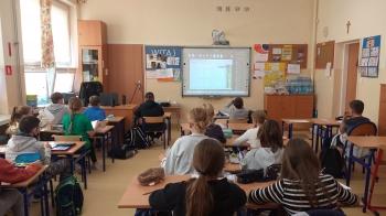 Uczniowie klasy 4 podczas warsztatów komiksowych online