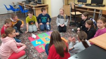 Uczniowie klas 4 programują robota