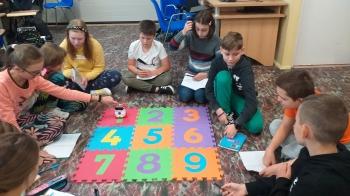 Uczniowie 5a programują robota
