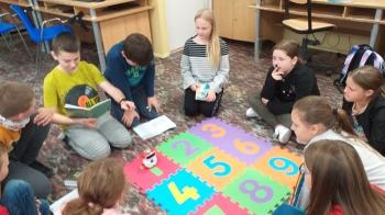 Klasa 4 podejmuje trudne wyzwania związane z programowaniem robota